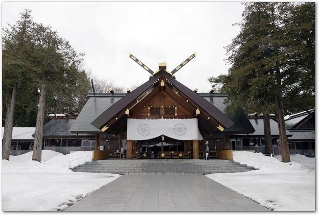 雪が積もっている日の北海道神宮の本殿